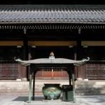 Großes Räuchergefäß vor japanischen Tempel